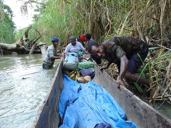 DSC01633-Stuck-due-to-length-of-canoe-Amaki-to-Ambunti-PNG_Carol-Hulse_web